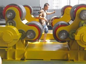 China Os rolos de giro do tanque do alinhamento 200T do auto com metal rodam a movimentação síncrono dos motores dobro on sale