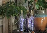 la bouteille de vin en verre à piles avec les lumières menées font la fête le cadeau de décor ou la lumière de nuit