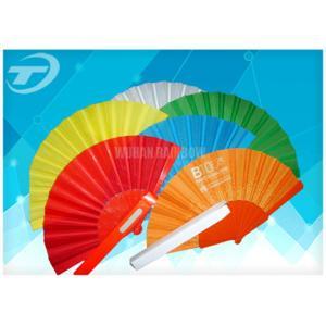 La fan de mano de la publicidad o de la promoción con las costillas y la tela plásticas, puede imprimir el logotipo o diseñar en tela