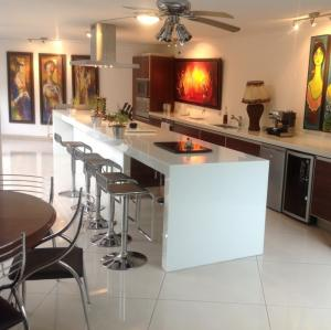 China White Artificial Quartz Stone Kitchen Countertops And Island Customized on sale