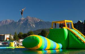 Quality Durable 0.9mm PVC Tarpaulin Giant Inflatable Water Park With Tower And Slide for sale