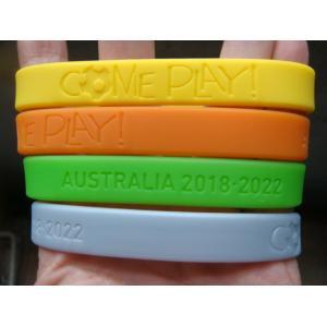 China Os deboss feitos sob encomenda ou gravam o punho do silicone, braceletes, braceletes feitos sob encomenda disponíveis do silicone on sale