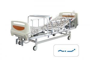 China 柵/センター・コントロールを用いる贅沢な手動医学の病院用ベッドはブレーキがかかります on sale