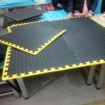 Plancher de garage réglé avec les frontières jaunes
