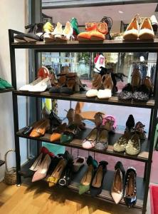 China Black Modular Shoe Store Display Shelves Stable Structure For Shoe Specialty Stores on sale