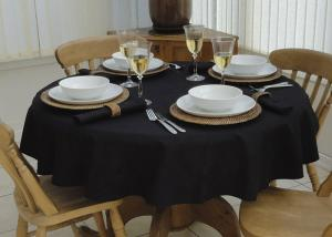 China Waterproof and Oil Proof PP Non Woven Table Cloth Tear Resistant on sale