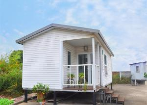 China Prefab Modular Homes Prefabricated House White Modular Small Vacation House on sale