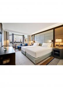 China COC Modern Bedroom Furniture Sets / Luxury Hotel Bedroom Furniture on sale