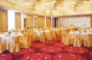 China Hotel Commercial Public Area Red Patterned Axminster Carpets 7mm Pile Height on sale