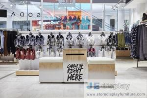 China Leisure young people Cloth chaine brand store interior by metal display rack and MDF wood veneer panel counters on sale