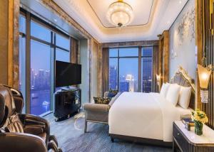 China Royal Enjoyment Hotel Bedroom Furniture Sets Antique Style OEM on sale