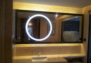 China Beauty Round shape LED mirror illuminated mirror on sale