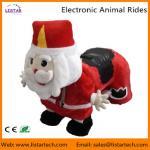 サンタクロースの電子歩く動物はクリスマスの遊園地のためのゲーム・マシンに乗ります