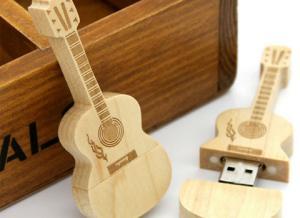 China ギターによって形づけられた米ドル 3.0 はレーザーによって刻まれたロゴの抜け目がないドライブ ギフトを個人化しました on sale