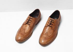 Les chaussures noires d'Oxford des hommes plats de cuir