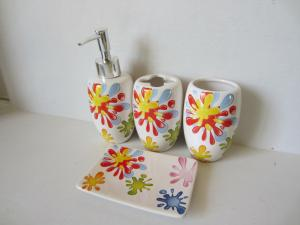 China Sunflower Modern Ceramic Bathroom Accessories Set Shining Finish For Home on sale
