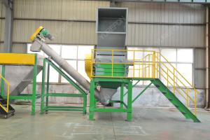 China Easy Cleaning Solid Plastic Crusher Machine 500 KG / H For PET Bottle Recycling on sale