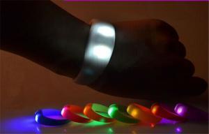 China Pulsera activada sacudida de goma del sensor de movimiento con la iluminación del LED on sale