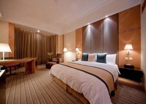 China Modern Holiday Inn Luxury Hotel Glass Bedroom Furniture Beds Environment friendly on sale