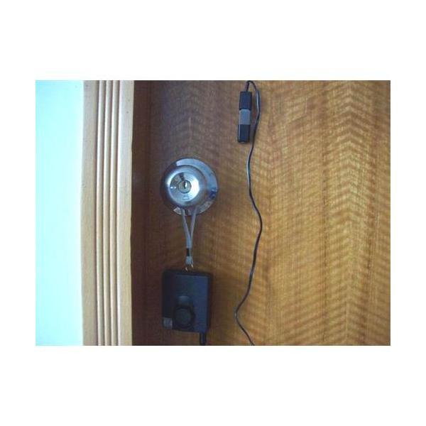 xingjamb�9l#���_flexible tweezers     is inserted between door and door jamb.