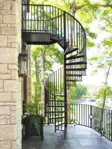 China outdoor garden balcony american style modern design metal cast iron spiral stairs staircase on sale