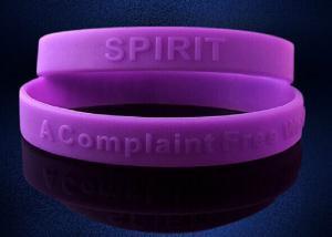 China 昇進のギフトのための紫色のDebossedのシリコーンのバンドのブレスレット on sale