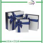 Caixas de presente feitas sob encomenda do papel do cartão para a roupa com fita azul