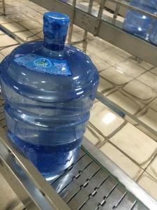 China 5 ガロンのプラスチックびん/瓶の充填機、200BPH 飲料水のびん詰めにする植物 on sale