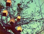 旧式な緑の装飾的な木のハリケーン ランプ