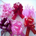 Cajas del chocolate que embalan el color brillante que envuelve arcos con la cinta impresa sólido