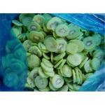 El kiwi congelado corta en cuadritos/las rebanadas