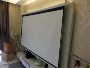 China La pantalla de proyección eléctrica de 160 grados fácil instala, pantalla de proyección motorizada para el negocio on sale