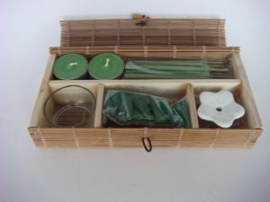 China 緑のアロマセラピーのギフトは家の装飾のためのTealightの香料入りの蝋燭を置きます on sale