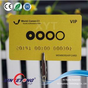 China Tarjeta plástica del fondo metálico de oro con número grabado en relieve on sale