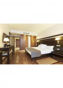 China Eco Friendly Contemporary Hotel Bedroom Furniture Solid Wood Frame And High Density Foam on sale