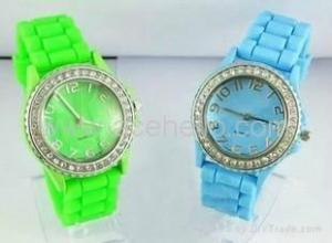 China Fashionable Quartz Wrist Watch with Silicone Band on sale