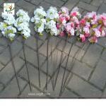 Os ramos de árvore plásticos de UVG com as flores de cerejeira artificiais para o casamento apresentam a decoração CHR