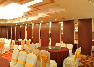 China Sound Proof Movable Partition Walls Restaurant Decorative Partition Wall on sale