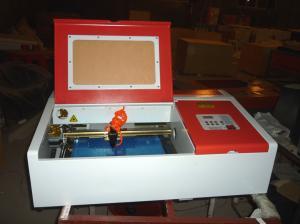China 章および功妙な仕事を切り分けるためのデスクトップ レーザーの彫刻家の二酸化炭素レーザーの彫版そして打抜き機 on sale