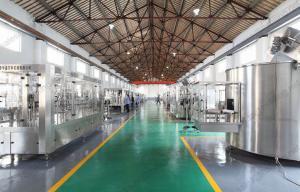 China Máquina de engarrafamento automatizada da água mineral/máquina de enchimento giratória asséptica 3 em 1 on sale