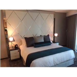 Les meubles cinq étoiles élégants de chambre à coucher d'hôtel de luxe placent avec la vue en métal