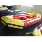 barco transportando inflável de 6 pessoas
