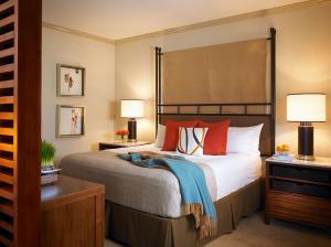 China Luxury dark finish wood custom made Hotel bedroom Furniture,Apartment Hotel Bedroom Furniture sets,hospitality casegoods on sale
