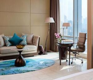 China Modern dubai hotel bedroom furniture set with refrigerator cabinet on sale