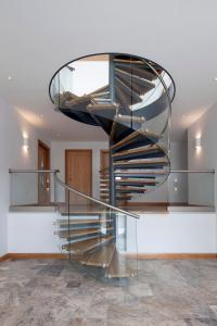 China Stainless steel spiral staircase with wood steps and glass railing indoor glass spiral staircase on sale